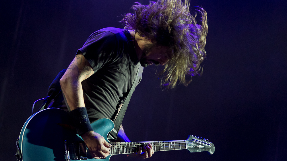 Dave Grohl, Foo Fighters, Apr 3, 2012, by Facundo Gaisler (1000x563)