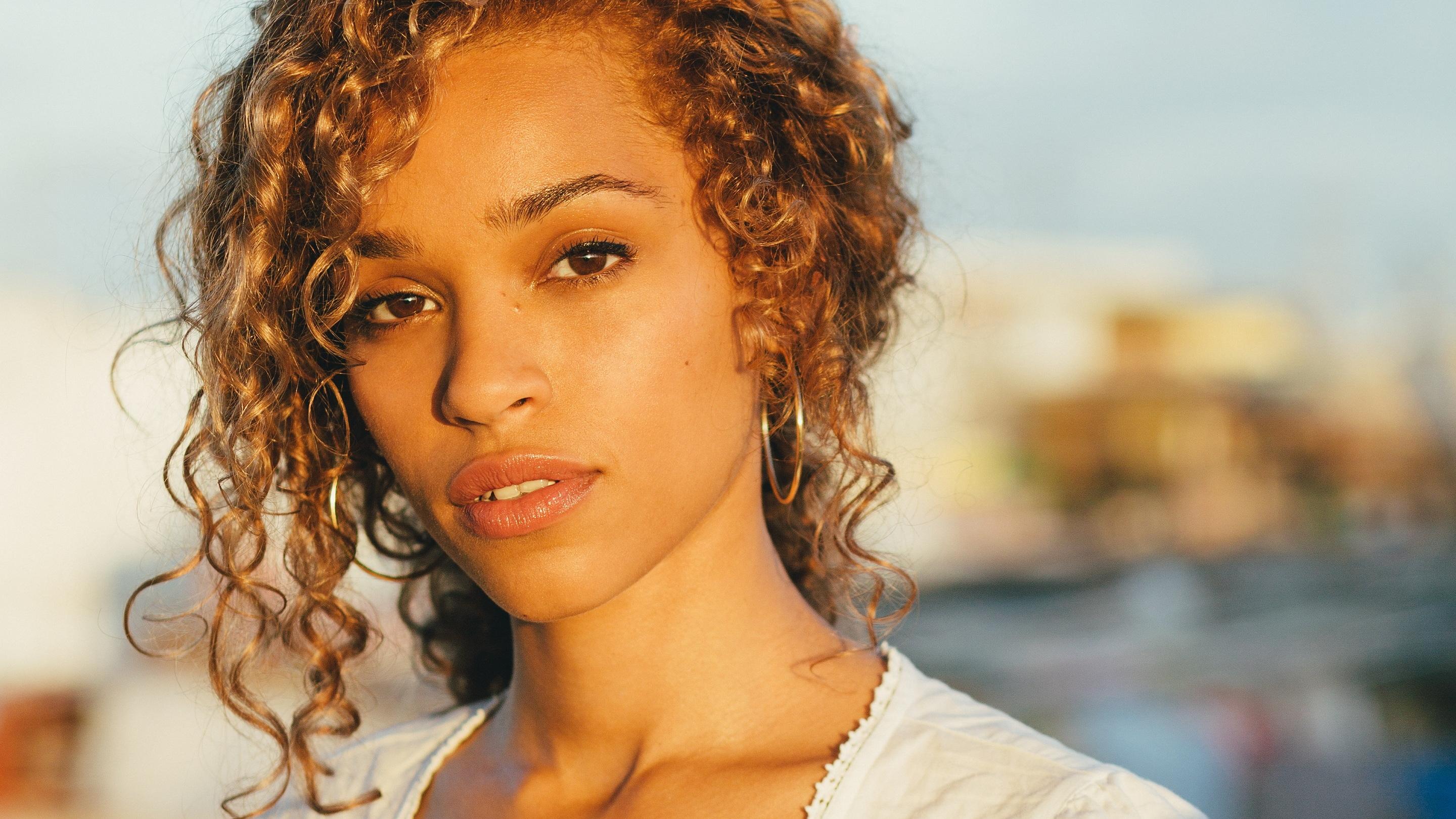 Izzy Bizu, press photo 2015 (2880x1620)